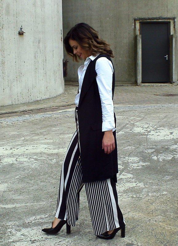 Haar witte blouse kan ze stylen met haar warte pantalon of de shorts, maar ook onder haar tuinbroek.