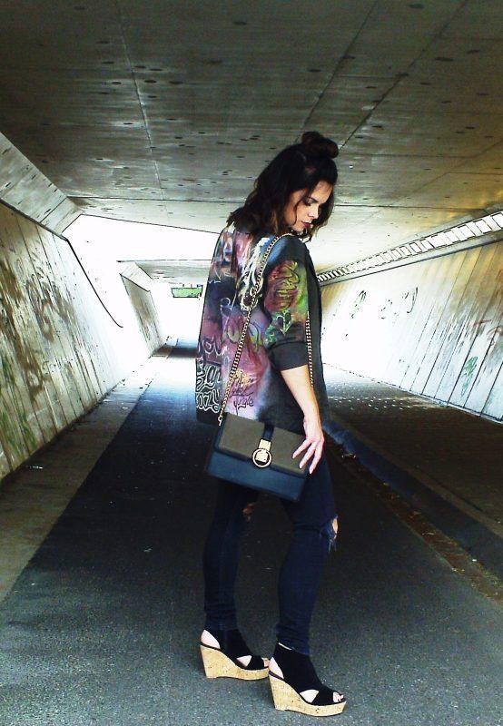 Haar stoere graffitti jack kan ze ook dragen over haar tuinbroek of op een shorts met sneakers  eronder.