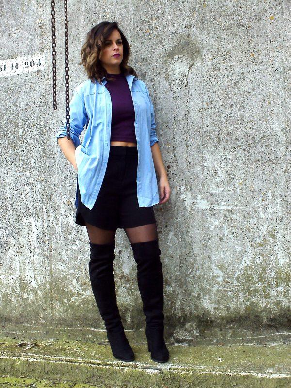 Haar oversized blauwe blouse kan ze ook dichtknopen (ja, helemaal tot boven) en in haar broek  dragen voor een trendy en meer geklede look. Daarnaast kunnen de shorts vervangen worden voor  de zwarte pantalon. Of natuurlijk haar stoere skinny jeans eronder.